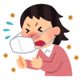 花粉症でクシャミしてる女性