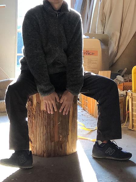 丸太椅子に座ってみる